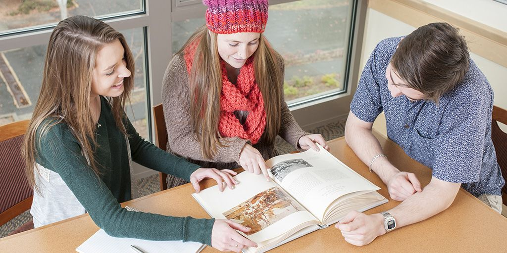 SOU honors college students studying library twitter