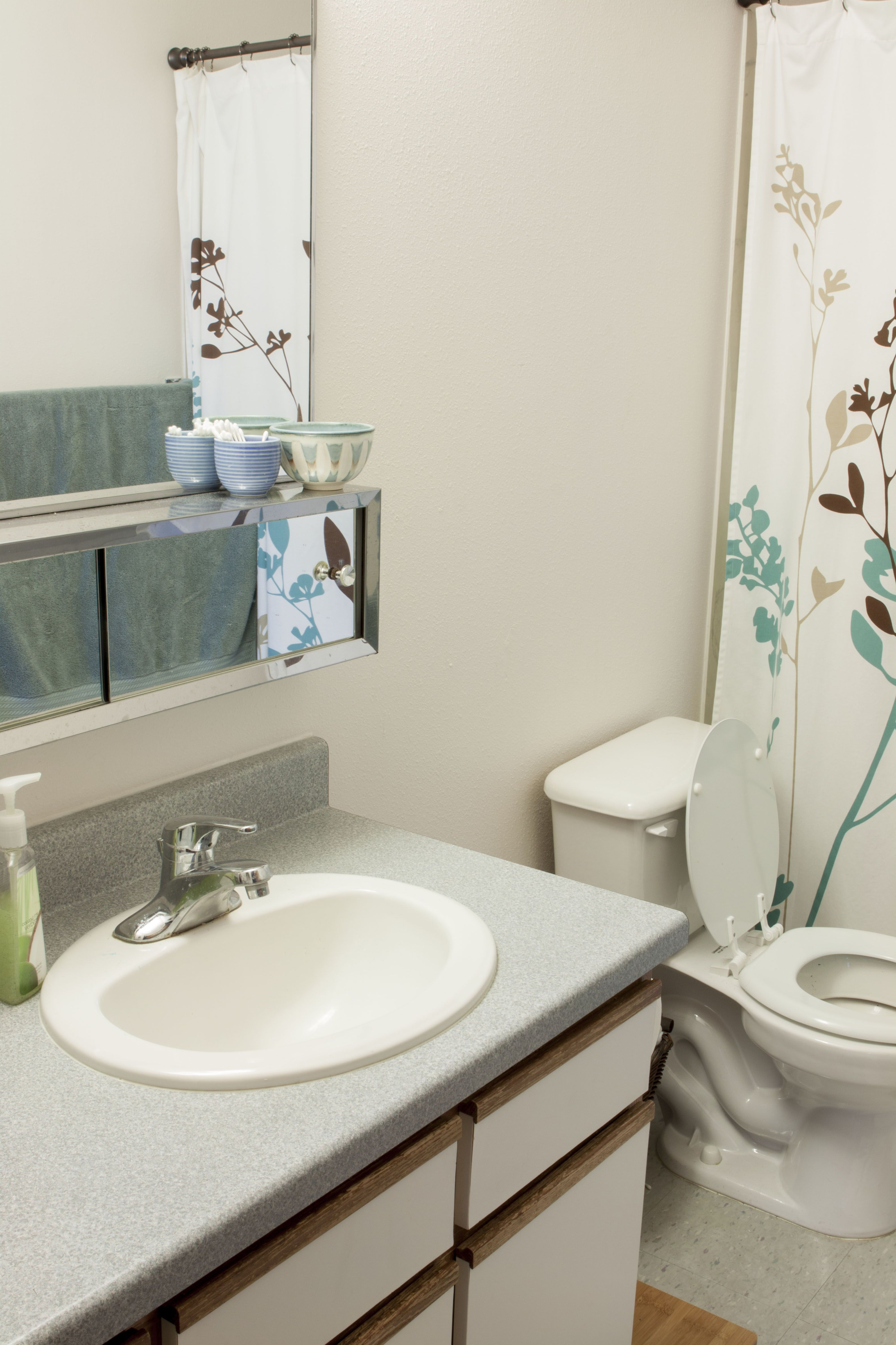 Wightman 3 Bedroom Townhouse Upstairs Bathroom